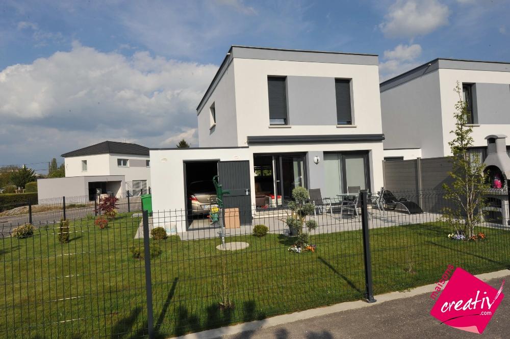 Maison traditionnelle alsace maison contemporaine moderne victoria maisons creativ for Maison toit plat alsace